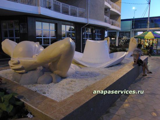 Памятник отдыхающему со шляпой на причинном месте в Анапе