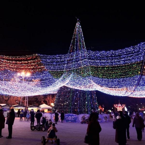 Звёздное небо и ёлка на Театральной площади Анапы